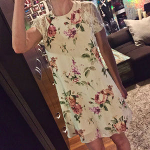 Dresses & Skirts - Lovely floral dress w lace arms. XS